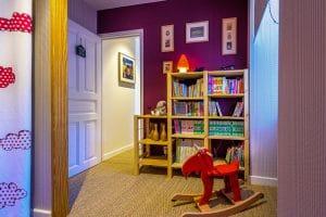 Chambre enfant avec bibliothèque et jeu