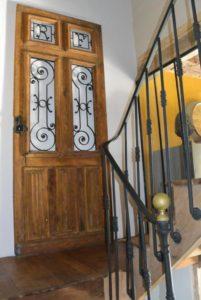 L'ancienne porte d'entrée en décoration dans l'escalier